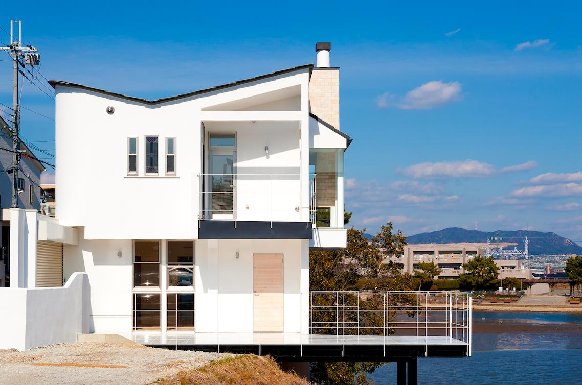 湖を眺める自然素材の家